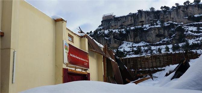 Çamlıyayla'da Kar'dan Dolayı Düğün Salonunun Çatısı Çöktü