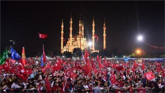 Onbinlerce Adanalı, 15 Temmuz şehitleri ve demokrasi için nöbet tuttu
