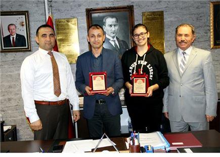 İlçe Milli Eğitim Müdürü Mehmet Kalaycı Başarılı Öğrenciyi Ödüllendirdi