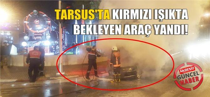 Tarsus'ta kırmızı ışıkta bekleyen araç yandı
