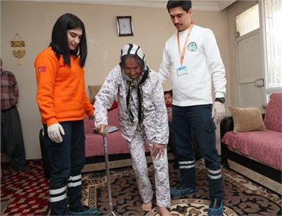 Ayşe Teyze, evde sağlık hizmeti sayesinde yürüdü