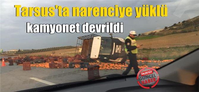 Tarsus'ta narenciye yüklü kamyonet devrildi