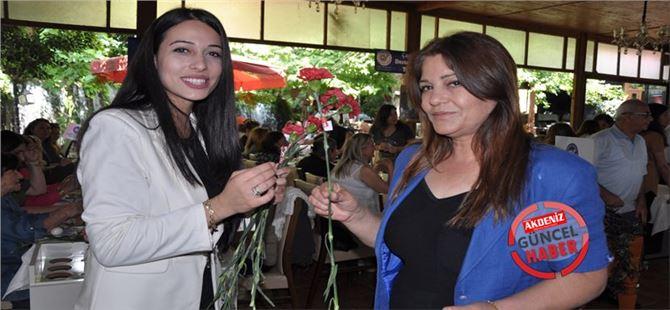 Dilara Özkına, Annesinin Hayır Duasını Aldı, Annelere Çiçek Dağıttı