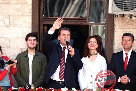 Mersin Büyükşehir Belediye Başkanı Vahap Seçer, görevine törenle başladı