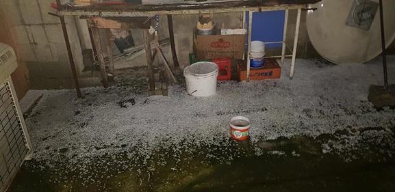 Tarsus'ta dolu yağışı yolları buzla kapladı