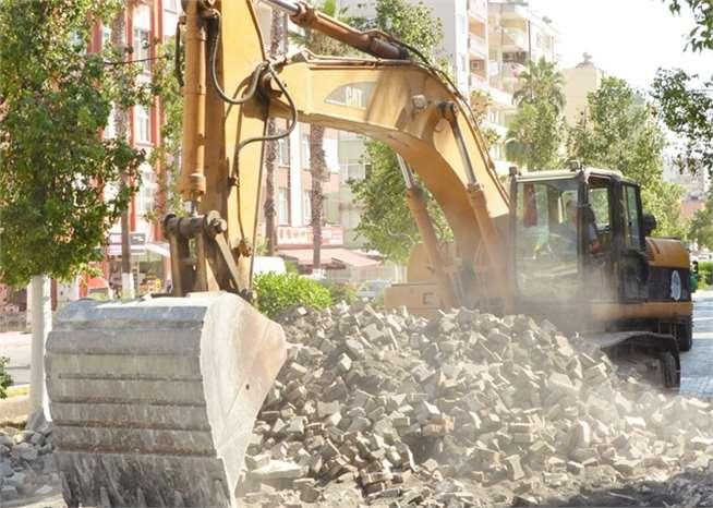 Tarsus'ta kilitli parke taşları çöpe gitmeye devam ediyor