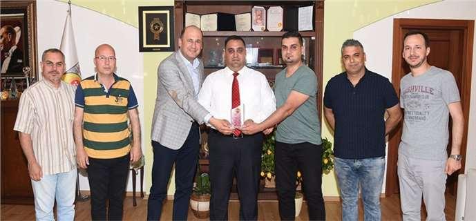 """Tarsus Gazeteciler Cemiyeti'nden Başkan Can'a """"Teşekkür"""" Plaketi"""