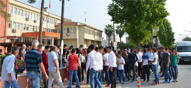 Yeni Okul Binasını Beğenmeyen Veli ve Öğrencilerden Tepki