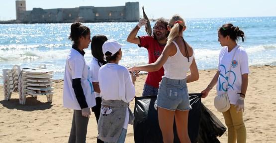 Mersin'de Öğrenciler Daha Temiz Sahiller İçin Kolları Sıvadı