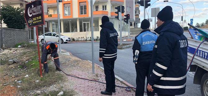 Tarsus'ta izinsiz tabelalar toplandı