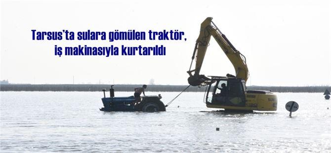 Tarsus'ta sulara gömülen traktör, iş makinasıyla kurtarıldı