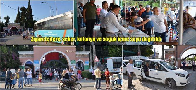 Tarsus Şehir Mezarlığı'nda 25 bin bardak su ve çay dağıtıldı