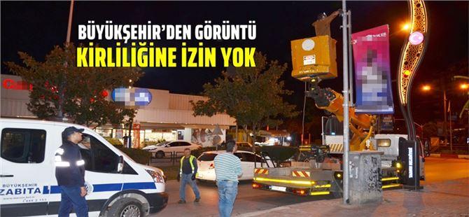 Tarsus'ta, Büyükşehir ekipleri elektrik direklerindeki reklamları topladı
