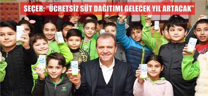 Başkan Seçer, Tarsus'ta mezun olduğu ilkokulda süt dağıtımına katıldı