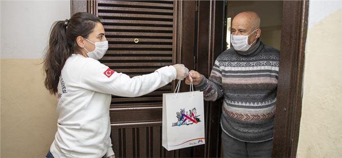 Büyükşehir, hasta olan yurttaşların evine sağlık paketi ulaştırıyor