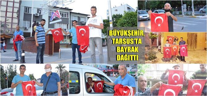 Büyükşehir, Tarsus ve Çamlıyayla'da bayrak dağıttı