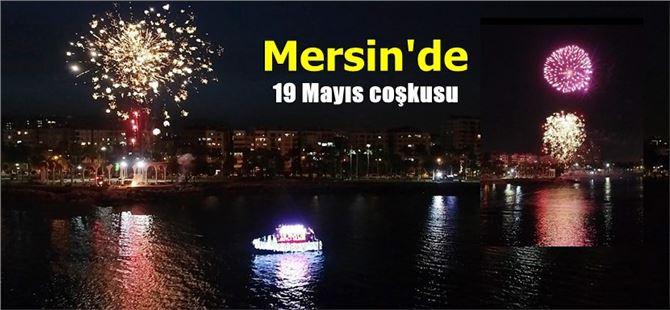Mersin'de 19 Mayıs akşamı gökte havai fişek, denizde ise tekneli kutlama