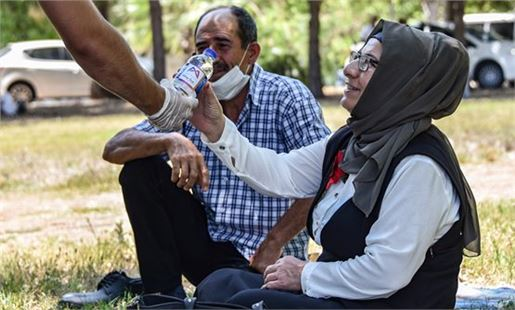 Mersin Büyükşehir, okul önlerinde velilere su ikram etti