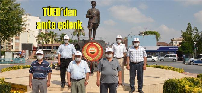 Tarsus TÜED'den anıta çelenk