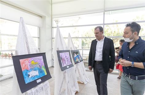 Başkan Seçer, su konulu yarışmada dereceye giren öğrencilere ödüllerini sundu