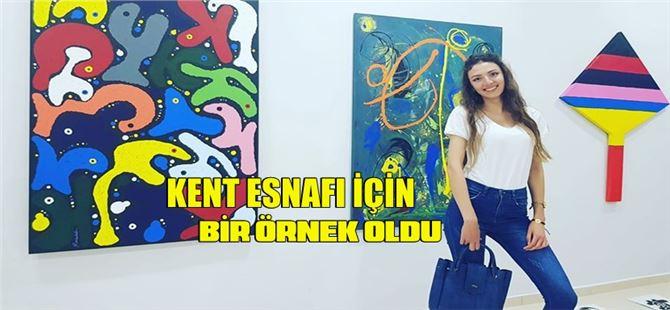 Tarsus'ta giyim mağazası deposunu sanat galerisine dönüştüren sanatçı