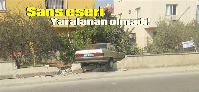 Tarsus'ta genç sürücünün kullandığı araç bahçe duvarını yıktı