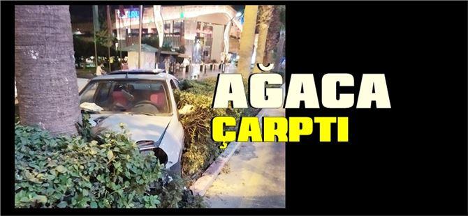 Tarsus kent merkezinde kontrolden çıkan araç ağaca çarptı