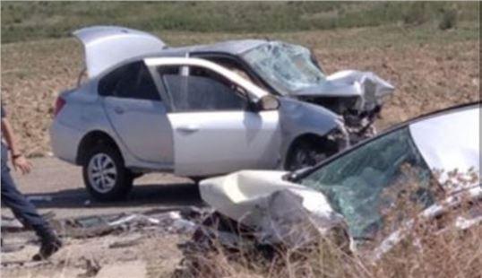 iki araç kafa kafaya çarpıştı: 3 ölü