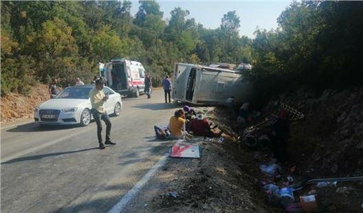 Mersin'de tarım işçileri servisi kaza yaptı; 1 ölü, 33 yaralı