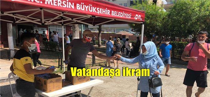 Tarsus'ta aşı sırası bekleyen vatandaşlara Büyükşehir'den çay ve su ikramı