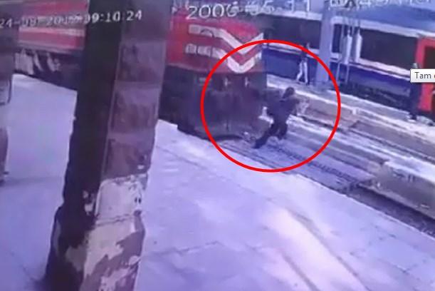 Trenin çarptığı kadın mucize eseri hayatta kaldı