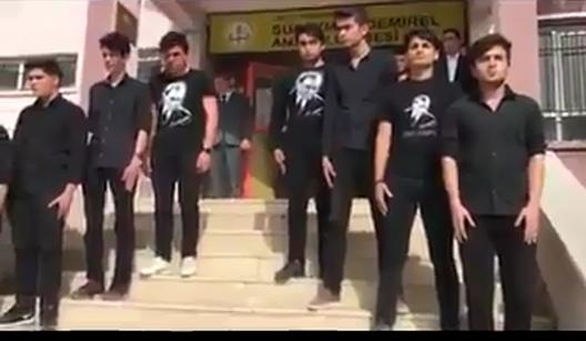 Lise Öğrencilerinin tüyler ürperten İstiklal Marşı okuması